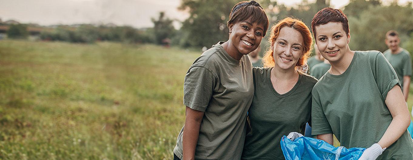 Women volunteering together
